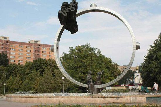 Памятник Владимиру Высоцкому и Марине Влади в сквере Машиностроителей