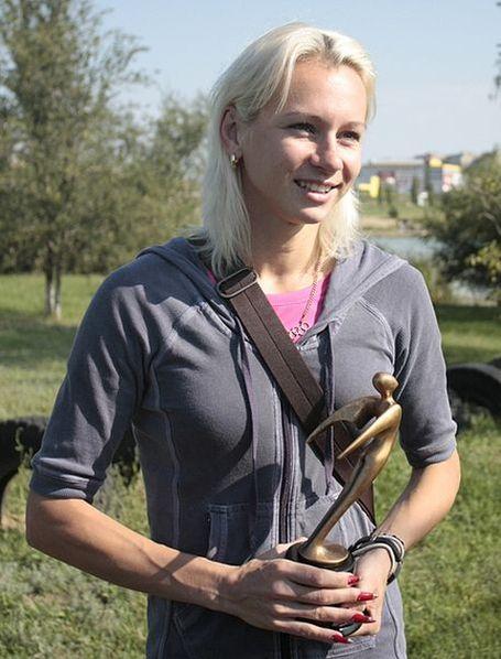 Олимпийская чемпионка Пекина-2008 Юлия Гущина с наградой от организации работников СМИ «МедиаСоюз»