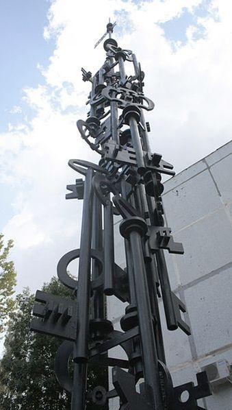 Памятник в виде ключей, построенный в честь строительства первого жилого дома в Новом городе