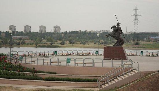 Памятник казачьему генералу Я.П.Бакланову на набережной Сухо-Соленовского залива